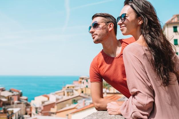 Turistas, olhar, vista cênica, de, riomaggiore, cinque terre, liguria, itália Foto Premium