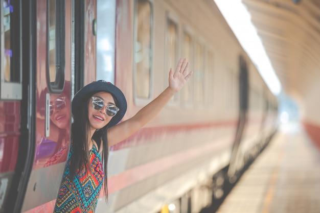 Turistas viajam para a estação de trem. Foto gratuita