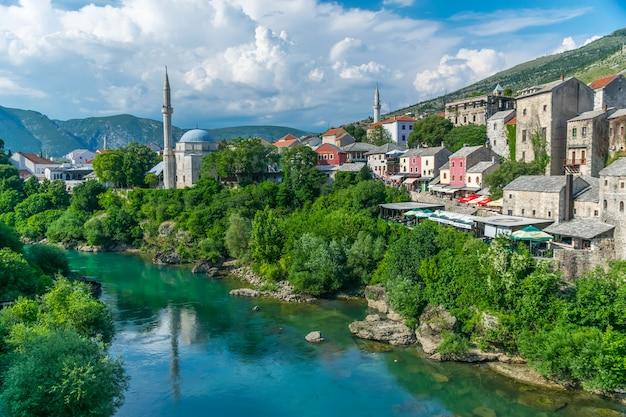 Turistas visitaram a ponte construída no estilo otomano. Foto Premium