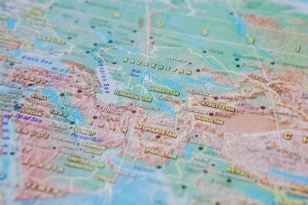 Turquemenistão, uzbequistão, quirguistão em close-up no mapa. concentre-se no nome do país. efeito de vinheta Foto Premium