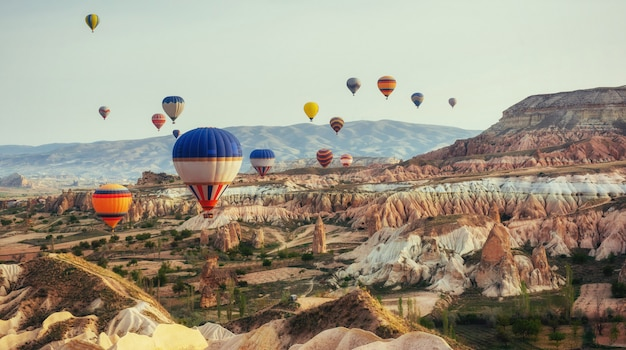 Turquia capadócia balões bonitos voo pedra paisagem Foto Premium