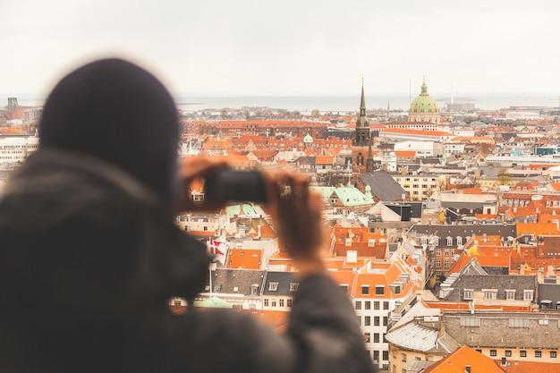 Turva, turista, levando, um, foto aérea, de, copenhaga Foto Premium