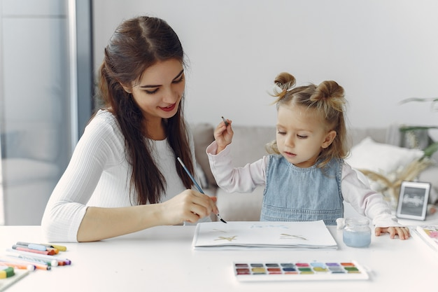 Tutor com litthe menina estudando em casa Foto gratuita
