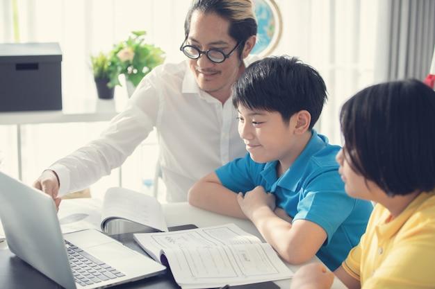 Tutor quarto crianças na aprendizagem de classe no computador portátil Foto Premium