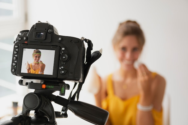 Tutorial de filmagem de mulher de alto ângulo Foto gratuita