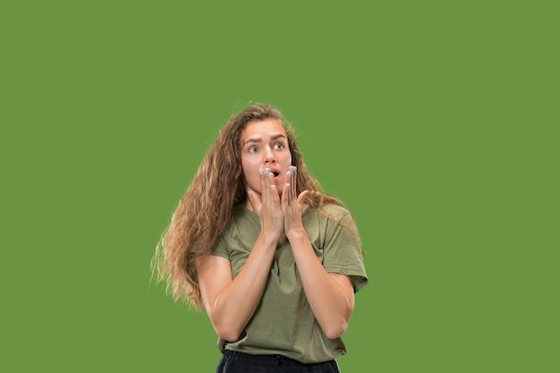 Uau. belo retrato feminino de meio corpo isolado em verde Foto gratuita