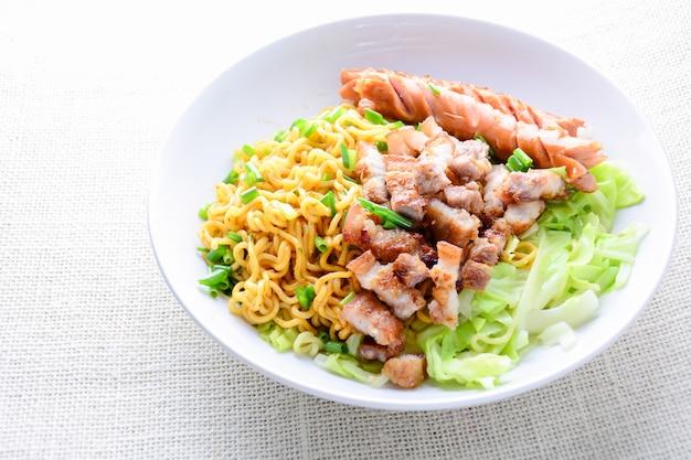 Udon macarrão com carne de porco grelhada, lingüiça e repolho - culinária japonesa Foto Premium