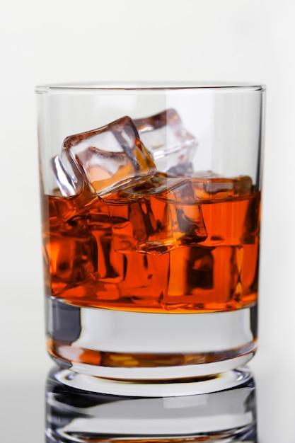 Uísque com gelo no copo de vidro na Foto Premium