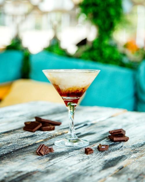 Uísque de chocolate servido em copo de coquetel Foto gratuita
