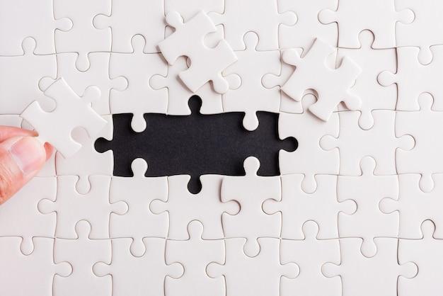 Última peça do jogo de quebra-cabeça de papel branco últimas peças colocadas para resolver o problema missão completa Foto Premium