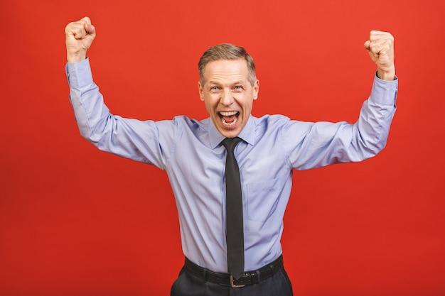 Último homem comemorando louco e espantado com sucesso com os braços levantados e os olhos abertos, gritando animado. conceito vencedor. Foto Premium