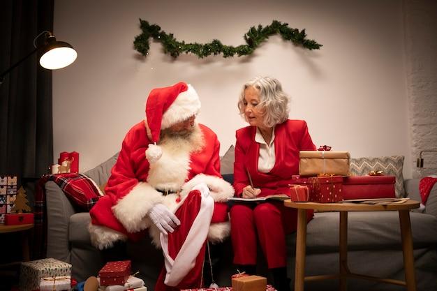 Último homem e mulher se preparando para o natal Foto gratuita