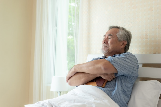 Último homem infeliz está chorando, abraçando a imagem do falecido esposa sênior infelizmente conceito Foto Premium