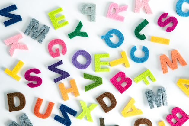 Um alfabeto inglês colorido sobre fundo branco Foto Premium