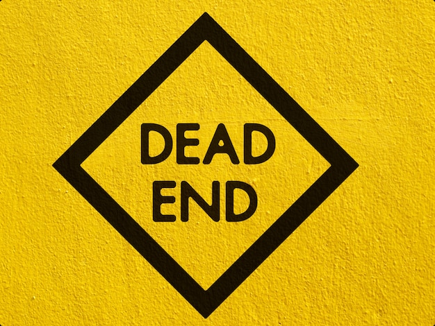 Um aviso de tráfego de veado preto pintado em uma parede de estuque fora Foto Premium