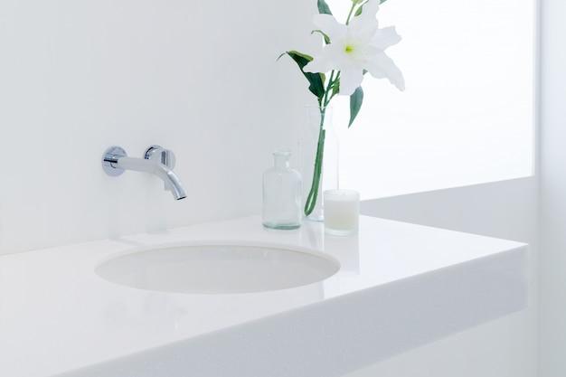 Um banheiro de estilo moderno com bacia em um branco colorido. Foto Premium