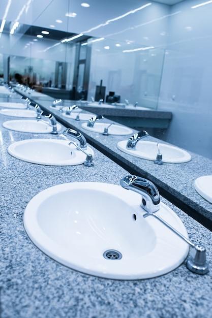 Um banheiro público moderno e elegante Foto Premium