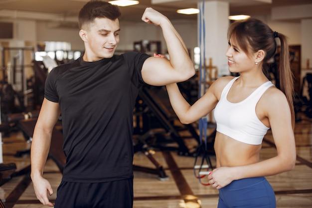 Um belo casal de esportes está envolvido em um ginásio Foto gratuita