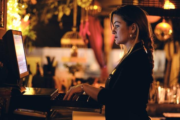 Um, bonito, mulher jovem, escrivaninha, em, um, restaurante Foto Premium