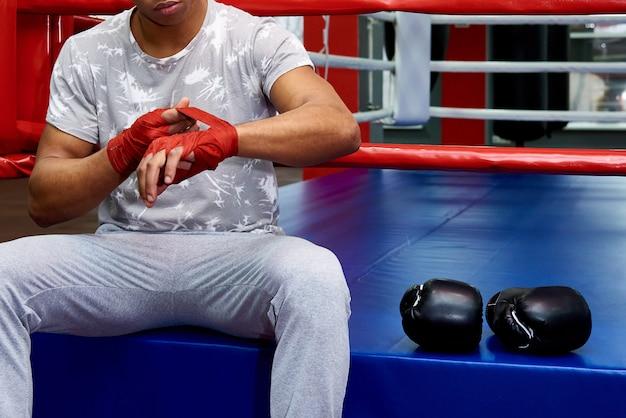 Um boxeador com luvas de boxe no ringue. Foto Premium