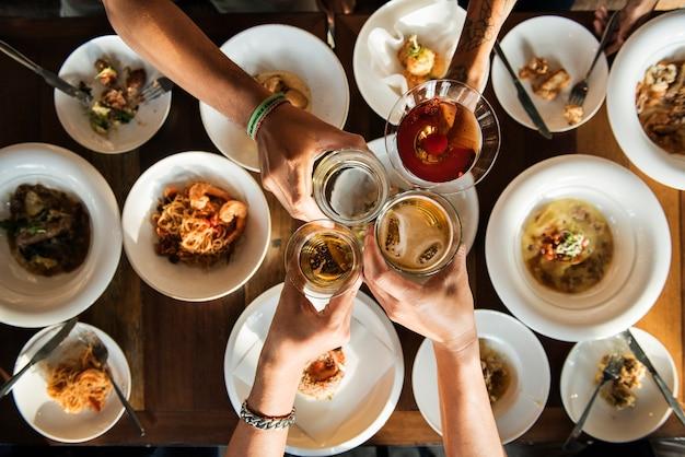 Um brinde ao longo de um jantar Foto gratuita