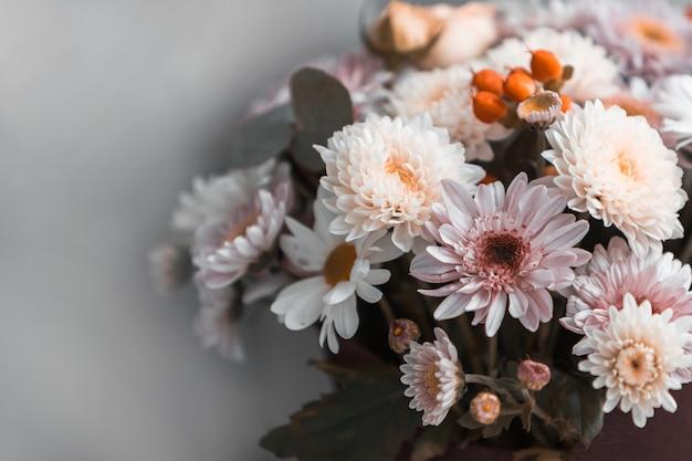 Um buquê de flores mistas Foto Premium