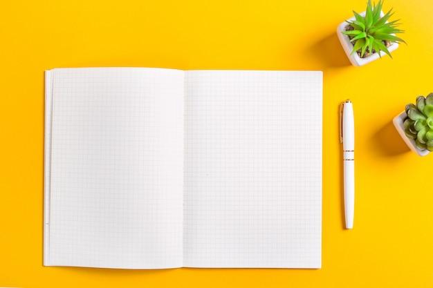 Um caderno aberto com folhas brancas limpas Foto Premium