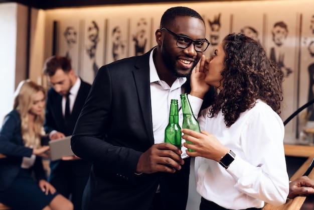 Um cara e uma garota estão bebendo álcool juntos em um bar. Foto Premium