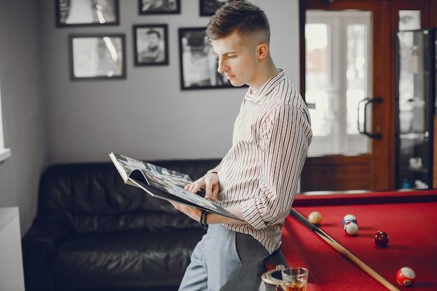 Um cara legal jogando um bilhar Foto gratuita