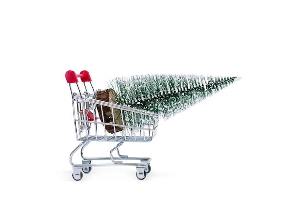 Um carrinho com uma árvore de natal artificial Foto Premium