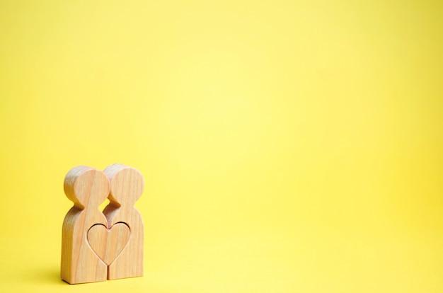 Um casal apaixonado e um coração entre eles. Foto Premium
