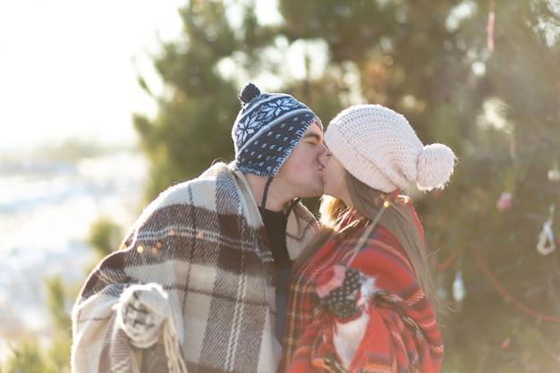 Um casal apaixonado em beijos xadrez quentes segurando estrelinhas nas mãos Foto Premium