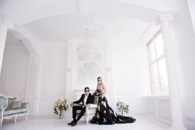 Um casal com esqueleto compensa o dia das bruxas ou o dia de todas as almas Foto Premium