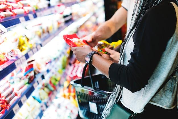 Um casal de compras de comida Foto gratuita