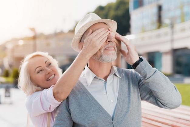 Um casal de idosos está andando na praça Foto Premium
