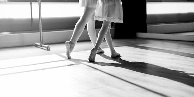 Um, caucasiano, mulher menina, praticar, balé Foto gratuita