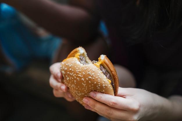 Um cheeseburger grande e suculento Foto gratuita