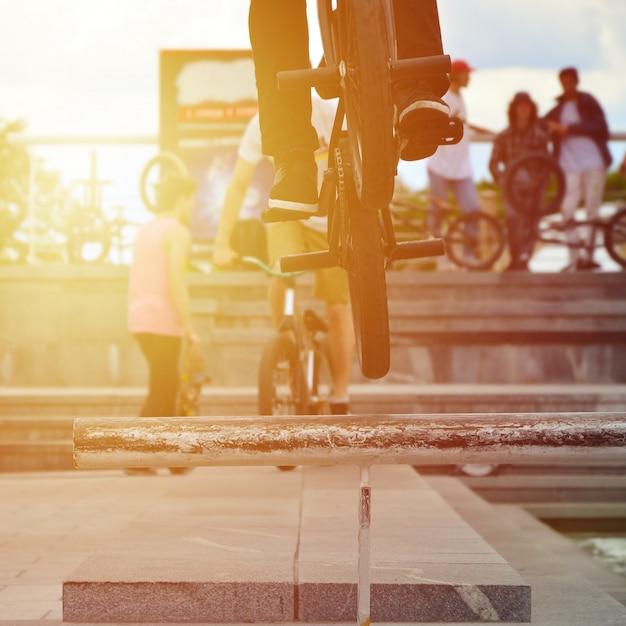 Um, ciclista, pulos, sobre, um, cano, ligado, um, bmx, bicicleta Foto Premium