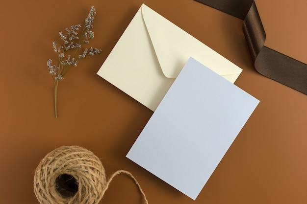 Um conceito de casamento. convite de casamento em fundo marrom com fita. Foto Premium