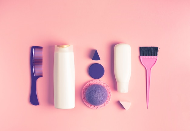 Um conjunto de cosméticos e itens para cuidados com o corpo e cabelo Foto Premium
