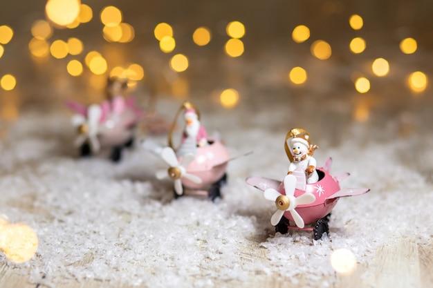 Um conjunto de estatuetas decorativas com tema de natal Foto Premium