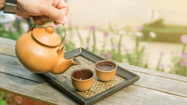 Um conjunto de um bule de chá na varanda. Foto Premium