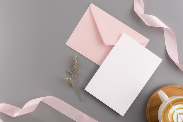 Um convite de casamento mock up conceito. vista superior, plana leigos com espaço de cópia Foto Premium