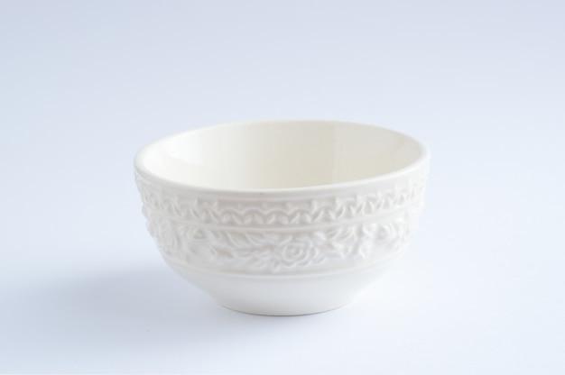 Um copo branco colocado no fundo branco Foto Premium