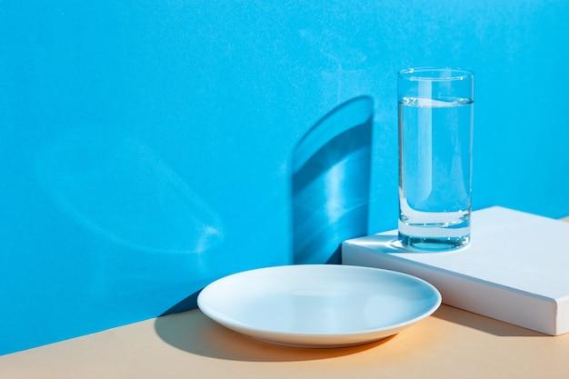 Um copo com água, limão e laranja Foto Premium