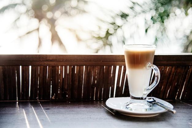 Um copo de café com leite à beira da praia Foto gratuita