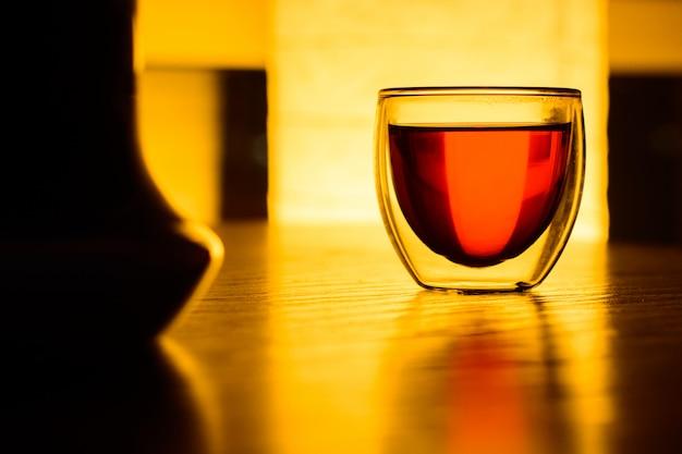 Um copo de chá ou uma bebida na mesa Foto Premium