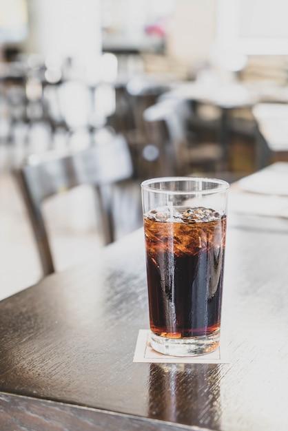Um copo de coca-cola no restaurante Foto Premium