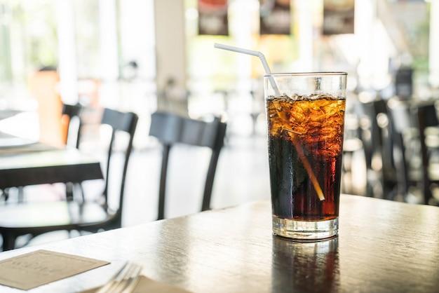Um copo de cola Foto Premium