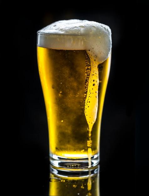 Um copo de fotografia macro de cerveja gelada Foto gratuita